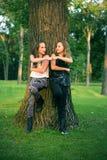 Le giovani ragazze teenager danno la pompa del pugno Immagini Stock