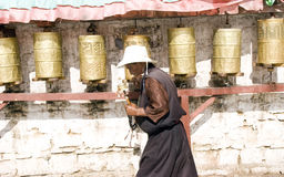 Le girate tibetane pregano la rotella Immagini Stock