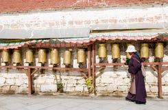 Le girate tibetane pregano la rotella Immagine Stock