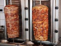 Le girobussole greche di Tratidional sputa con la carne del pollo e dell'agnello della carne di maiale immagini stock libere da diritti