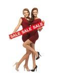 Le girsl adolescent en rouge s'habille avec le signe de vente Photo stock