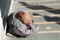 Le gitan avec des foulards sur sa tête et longue jupe appelle l'aumône image stock