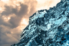 Le givrage abstrait du feu et de glace chez Jokulsarlon échouent l'Islande du sud-est image stock