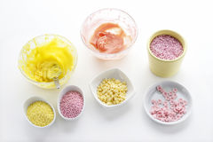 Le glaçage jaune et rose et coloré arrose Images stock