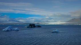 Le glacier à la lagune glaciaire de Jokulsarlon avec flotter la glace bleue photographie stock libre de droits