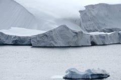 Le glacier de vêlage et les grands icebergs au paradis aboient, péninsule antarctique photo libre de droits