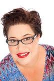 Le glasögon för kvinna för kort hår bärande royaltyfria bilder