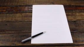 Le glisseur a tiré, stylo se trouvant sur une bonne feuille de papier, avec l'espace de copie banque de vidéos