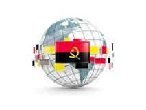 Le globe avec le drapeau de l'Angola a isolé sur le blanc Images stock