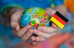 Le globe bleu avec les territoires des pays du monde et du drapeau de l'Allemagne, le territoire de l'Allemagne image libre de droits