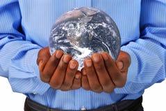 Le globe dans des mains photo stock