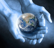 Le globe de la terre remet soutenable Images stock