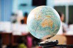 Le globe pendant la classe de géographie Photographie stock