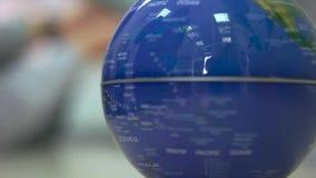 Le globe tourne haut étroit clips vidéos