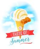 Le goût de l'été Affiche colorée lumineuse avec le cornet de crème glacée de caramel sur le fond de ciel Images stock