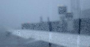 Le gocce di acqua e le correnti sull'oblò di un aeroplano hanno ritardato dovuto sopravvivere archivi video