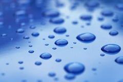 Le gocce di acqua sulla carrozzeria blu threated con rivestimento protettivo fotografie stock