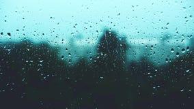 Le gocce di pioggia colpiscono il vetro di finestra stock footage