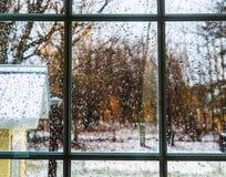Le gocce di pioggia sono sul vetro di finestra Immagine Stock