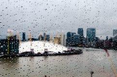 Le gocce di pioggia su un vetro come cabina di funivia passa vicino Fotografie Stock