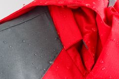 Le goccioline della pioggia sul rivestimento impermeabilizzano il tessuto immagine stock