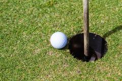Le golf est un sport qui est populaire autour du monde et bon pour la santé images libres de droits