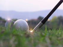 Le golf sur la pi?ce en t blanche sur la pelouse verte l? est soleil images stock