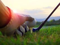Le golf sur la pi?ce en t blanche sur la pelouse verte l? est soleil photographie stock libre de droits