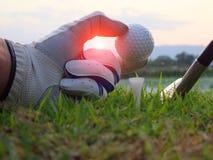 Le golf sur la pi?ce en t blanche sur la pelouse verte l? est soleil photos libres de droits