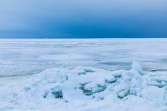 Le golfe d'hiver de la mer couverte de neige et de glace photographie stock