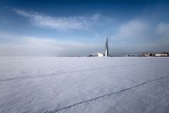 Le golfe de Finlande congelé sur les périphéries de St Petersburg images stock