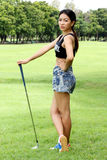 Le golfeur de femme a préparé le TEE-OFF image libre de droits