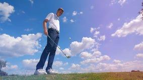 Le golfeur masculin jongle une boule sur le champ banque de vidéos