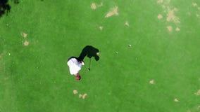 Le golfeur masculin marque dans une vue d'en haut banque de vidéos