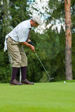 Le golfeur termine son oscillation images stock