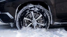 Le gomme dell'inverno fuori sul camion della strada spingono dentro la fine profonda della neve sulla foto di riserva Fotografia Stock Libera da Diritti