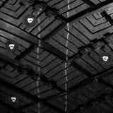 Le gomme fissate si chiudono su Le gomme di automobile si chiudono su La struttura delle gomme di inverno immagini stock