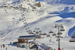 Le gondole ad alta velocità moderne prendono i centinaia di sciatori della neve fino al giacimento dello sci di Ischgl in Austria Fotografie Stock