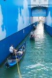 Le gondole con i turisti nuotano sotto il ponte dei sospiri a Venezia Fotografia Stock Libera da Diritti
