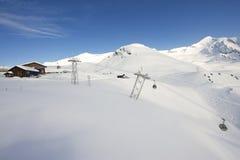 Le gondole della cabina di funivia muovono gli sciatori in salita alla stazione sciistica in Grindelwald, Svizzera Fotografia Stock Libera da Diritti