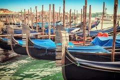 Le gondole hanno parcheggiato vicino al quadrato dei segni della st di Venezia Fotografia Stock Libera da Diritti