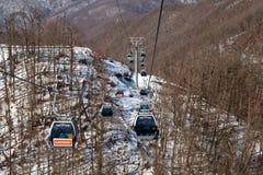 Le gondole sollevano nella stazione sciistica di Rosa Khutor, Soci, Russia Fotografia Stock