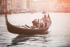 Le gondolier dans l'habillement historique dit des touristes tandis que de plain-pied Image stock