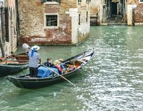 Le gondolier flotte photos stock