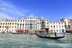 Le gondoliere guidano la gondola su Grand Canal immagini stock