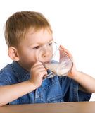 Le gosse boit du lait Photo libre de droits