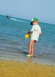 Le gosse et la mer Photos stock
