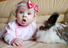Le gosse et le lapin Images stock