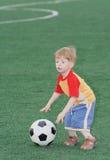 Le gosse - joueur de football Image stock