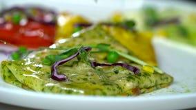 Le gourmet a coloré des crêpes faites par le chef habile dans un restaurant clips vidéos